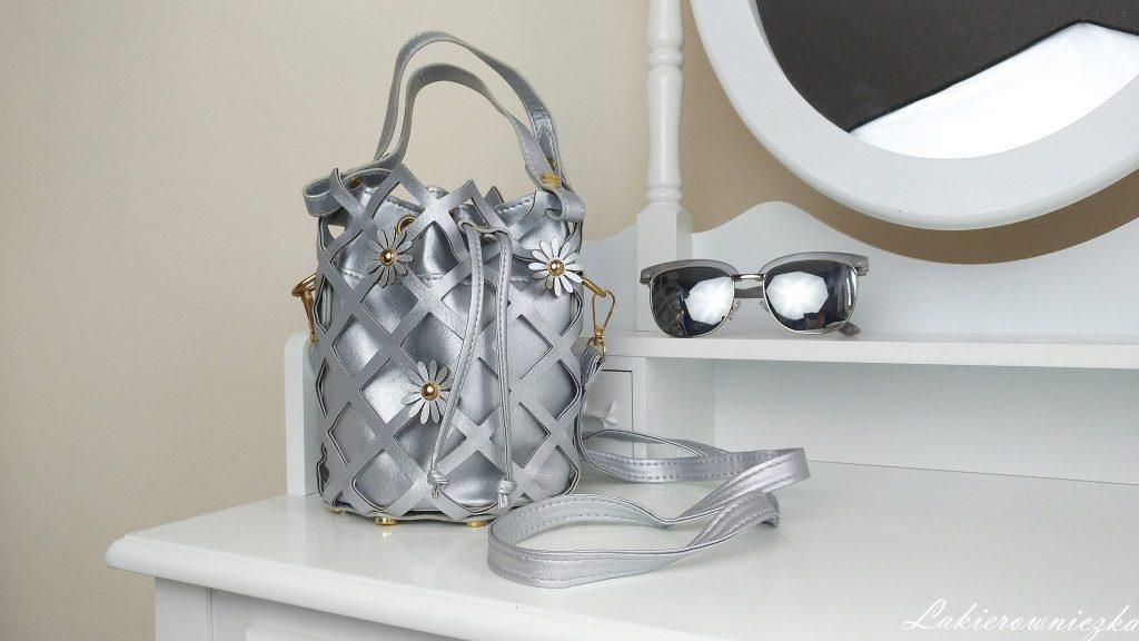 niebieskie-srebrne-paznokcie-lakier-klasyczny-Semilac-013-Indigo-piaskowy-Wibo-torebka-koszyczek-okulary-płaszczyk-stylizacja-Rosegal-srebrna torebka koszyczek