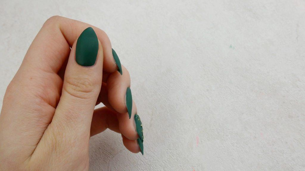 Top-matt-no-wipe-matowe-paznokcie-hybrydowe-z-zlota-folia-transferowa-Provocater-109-green-stockholm-Lakierowniczka