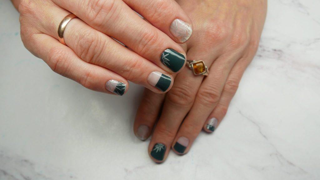 Manirouge-Silver-leaves-Lakierowniczka-moje-naklejki-termiczne-projektu-blogerek-from-bloggers-with-love-stickers-thermal-butelkowa-zielen-alternatywa-dla-hybrydy-srebrny-wzor-liscie-negative-space