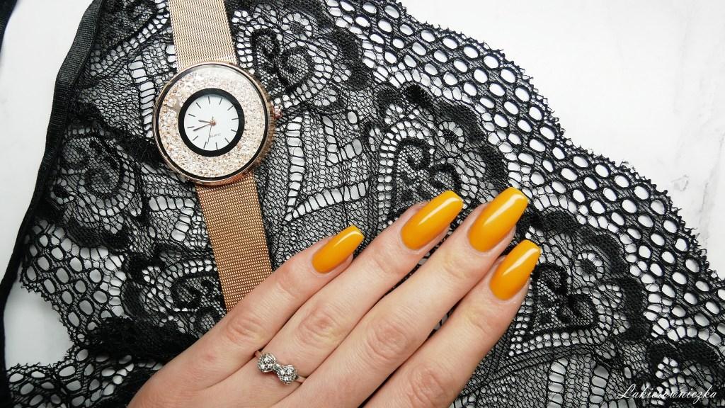 musztardowe-paznokcie-na-wiosne-hybrydy-Constance-carroll-128-Lakierowniczka-nowosci-haul-Rosegal-zegarek-rosegold-watch-torebka-mala-czarna-koronkowy-top