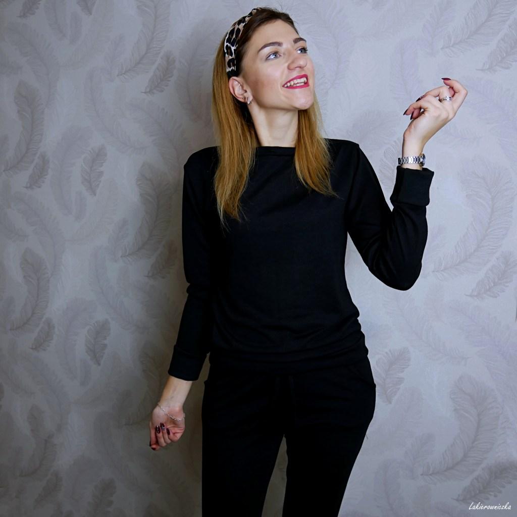 mala-czarna-sukienka-w-groszki-komplet-krata-bezowy-plaszcz-prochowiec-czarny-dres-Femme-Luxefinery-Lakierowniczka