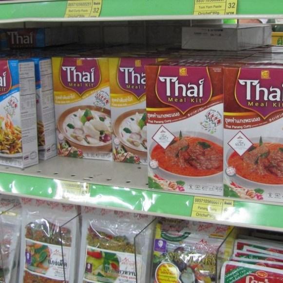 тайская еда в коробочке суп том ям том кха кай пананг карри