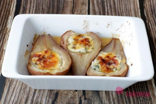 Запеченная груша с сыром дор блю