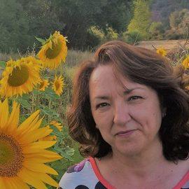 Mujer sonriente en campo de girasoles