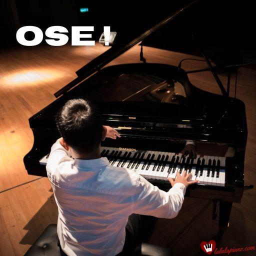 Pianiste joue avec émotions et de grands geste