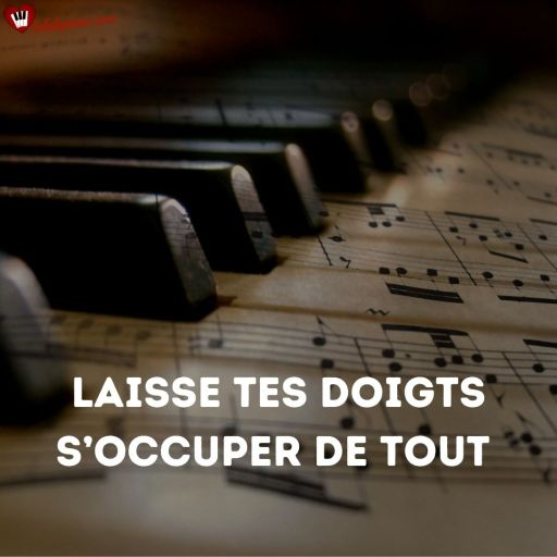 Le clavier du piano et les doigts qui courent sur les touches