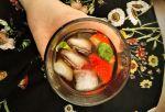 Selbstgemachter Eistee mit Ingwer, Erdbeere, Basilikum und Eiswürfeln im Glas
