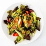 The Rolling Stone aus Avocado, Bacon und pochiertem Ei mit Salat und Senfdressing