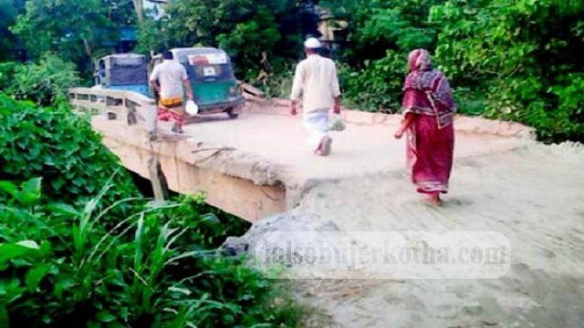 সিংগাইরে হাতনী গ্রামের দু'টি ব্রীজেরই বেহাল দশা