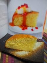 Taglia la torta e servila tiepida, ricoprila con una cucchiaiata di crema all'arancia, un cucchiaio di sciroppo di melograno e decora con dei pezzetti di melograno
