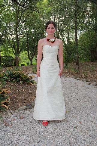 robe-de-mariee-corset-boheme-soie-ivoire-chaussures-rouge