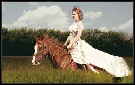 robe-de-mariee-corset-beige-boheme-jupe-traine-horse