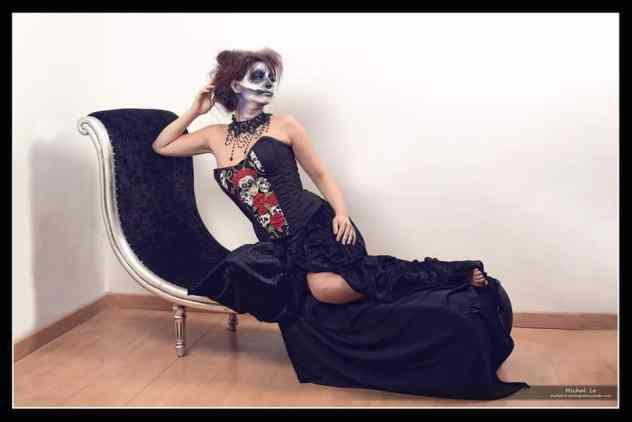 Corset cton noir, têtes de morts et roses rouges. Convient à une taille 36/38/40 Bonnet B/C