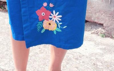 Broder des fleurs sur une jupe