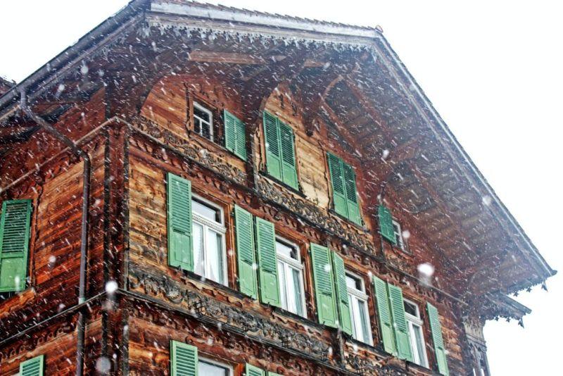 maison en bois neige