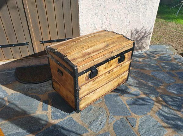 Malle bombée ancienne en bois, restaurée avec panier intérieur. Vue 3/4 face. Corse. La Malle au Coton