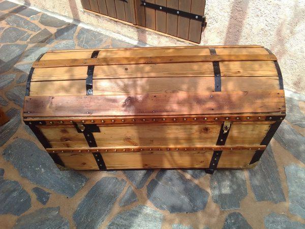 Malle bombée ancienne en bois, élégante, cloutée, fine d'allure. Restaurée. Rare et luxueuse. Deux fermetures, serrure et cadenas. Vendue avec sa clef.