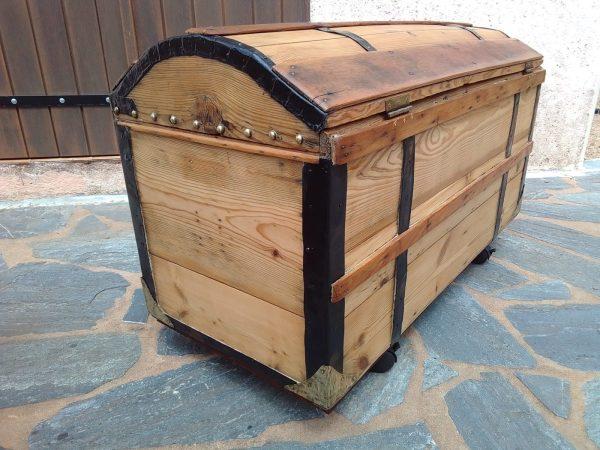 Élégante malle ancienne en bois, cloutée, restaurée. Traitée, cirée, vendue avec sa clef. Parfait état.