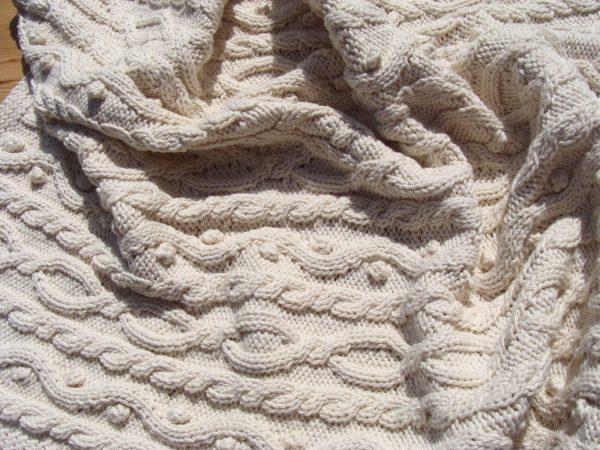 Couverture irlandaise pour lit bébé 100% coton bio tricoté main. Pièce unique, création originale La Malle au Coton