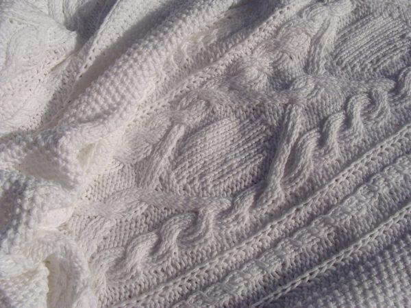 Plaid tricoté main 100% coton double gaze. Pièce unique, création originale La Malle au Coton.