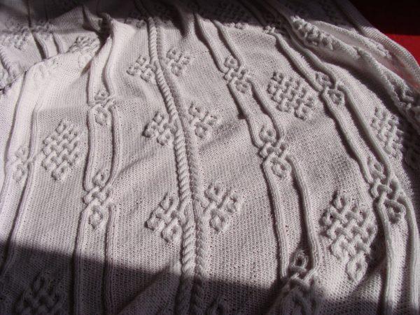 Plaid aux motifs viking, 100% coton, blanc, tricoté main. Pièce unique. La Malle au Coton. U5