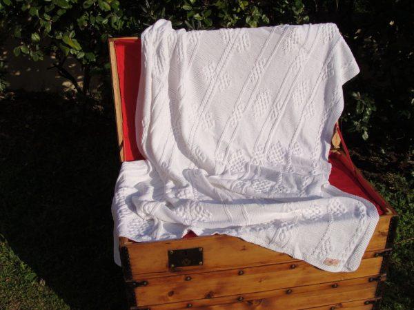 Malle corse ancienne restaurée. Plaid viking blanc, 100% coton, blanc, tricoté main. Pièce unique. Création originale La Malle au Coton. U1