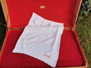 Couverture bébé 100% coton présentée sur une malle ancienne. Création originale : La malle au Coton -Z1