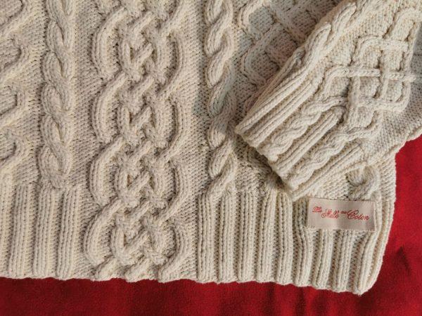 Détails de qualité du pull irlandais en coton bio.