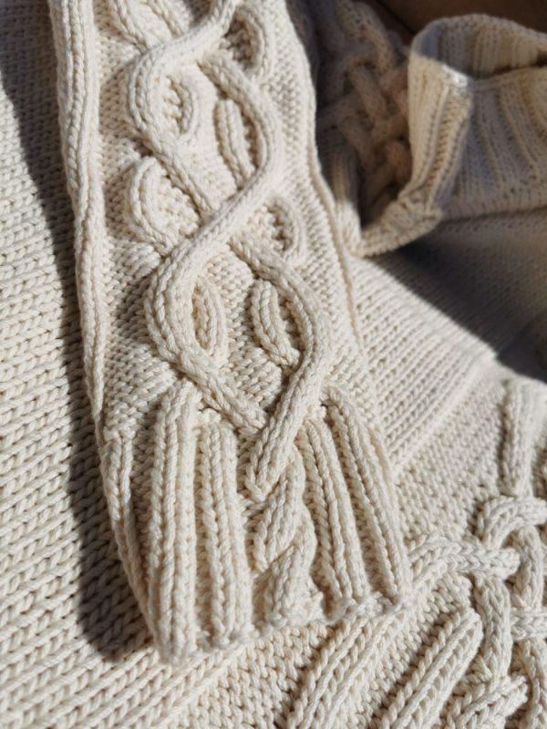 Pull d'Aran asymétrique en coton bio tricoté à la main. Création originale La Malle au Coton