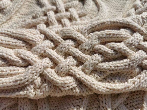 Pull irlandais tricoté à la main en coton biologique. Gros plan sur la torsade du poignet. Création originale du motif: La Malle au Coton
