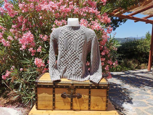 Pull d'Aran en coton bio argile sur mannequin et malle ancienne