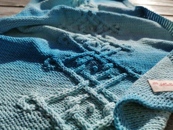 Couverture bébé bleu lagon, détail des points de tricot