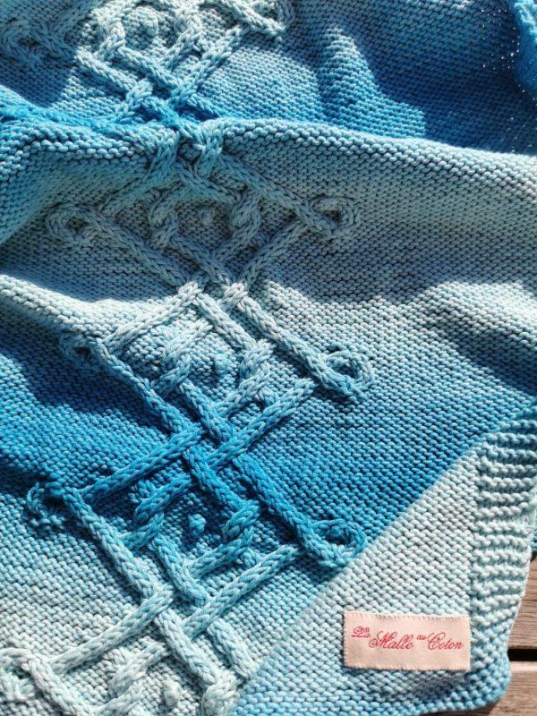 Détail de la torsade d'Aran et de l'étiquette de la marque également cousue à la main