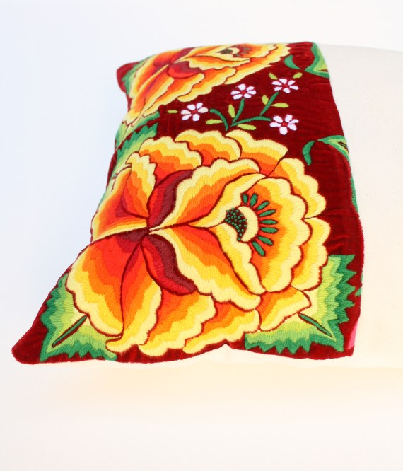 lamalve_terremotas_cushion_gardenred1.2