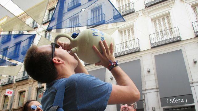 """Nueva moda entre los jóvenes de La Mancha, tras el botellón llega """"el botijón"""""""