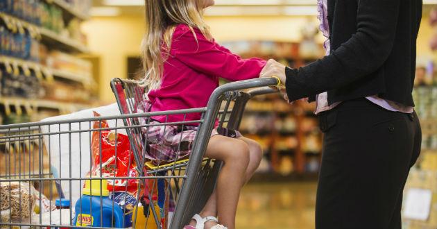 Denuncian a un padre de Albacete por pasear a su bebe en un carro de Carrefour