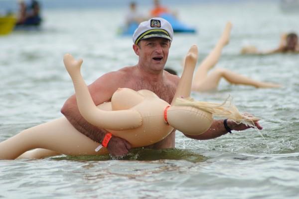 Le echan de la piscina de Socuéllamos por utilizar una muñeca hinchable como flotador