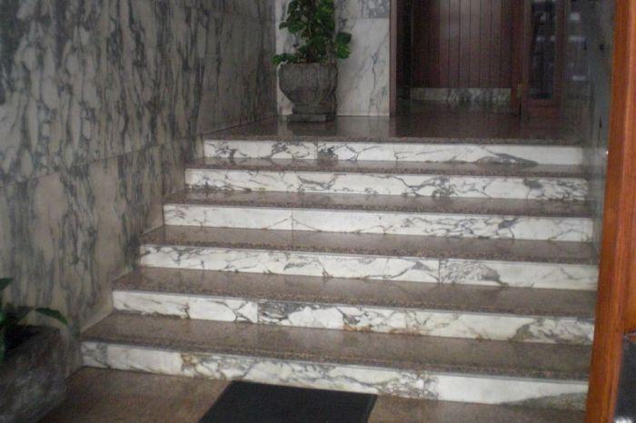 Desalojan a un señor que llevaba viviendo 3 semanas en un portal de Villarrobledo porque no le gustaba subir escaleras.