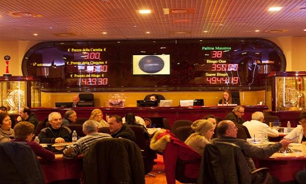 Lo expulsan del bingo de Cuenca por pedir el VAR cuando un compañero de mesa cantó bingo
