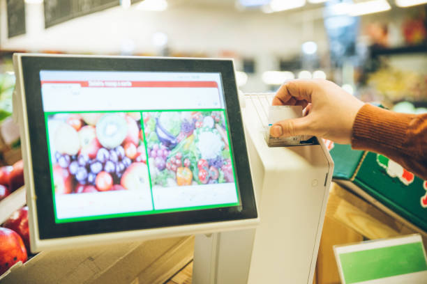 Lo expulsan de un supermercado de Villarrobledo por pesarse los testículos en las básculas de fruta