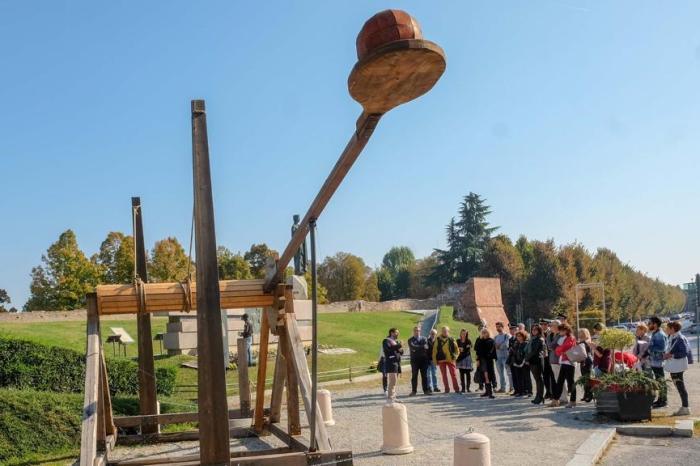 El Ayutamiento autoriza a Renfe para que instale una catapulta gigante en Tomelloso hasta que se solucione lo del tren