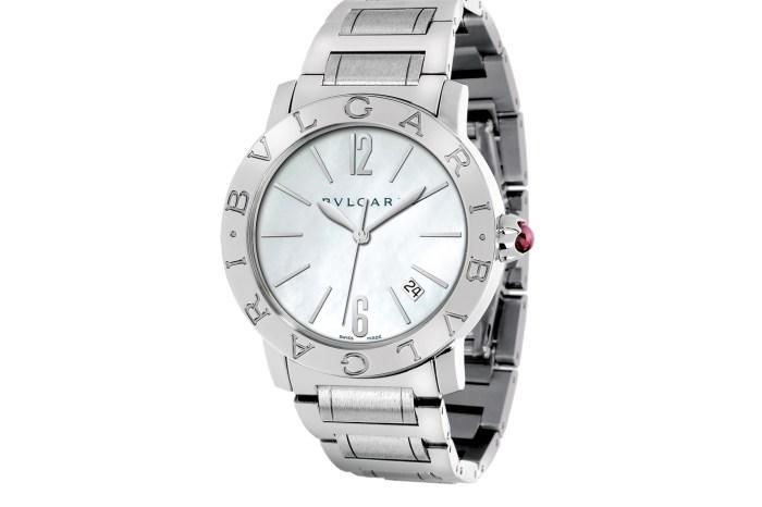 Un chico de Pedro Muñoz le regala a su novia un reloj después de que le pidiera tiempo