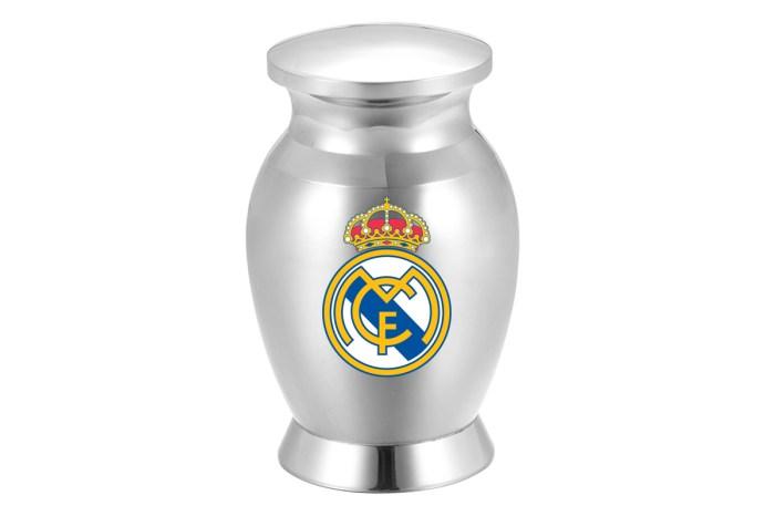 Un señor de La Alberca guarda las cenizas de su suegro culé en una urna con el escudo del Real Madrid