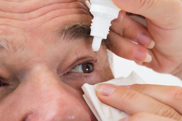 Un señor de La Alberca acumula 2 kilos de legañas en cada ojo por que le da miedo tocarse los ojos