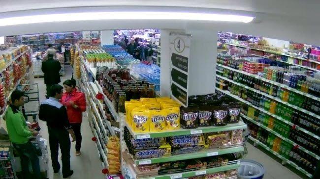 Una cámara de seguridad de un supermercado de Las Pedroñeras graba a un facha criticando a Abascal