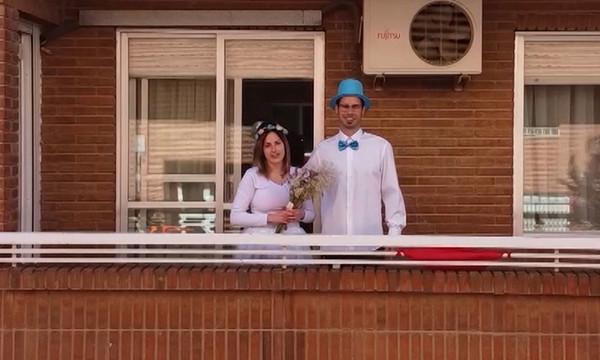 Una pareja de Villarrobledo que se conoció durante el confinamiento se dan el si quiero, cada uno desde su balcón