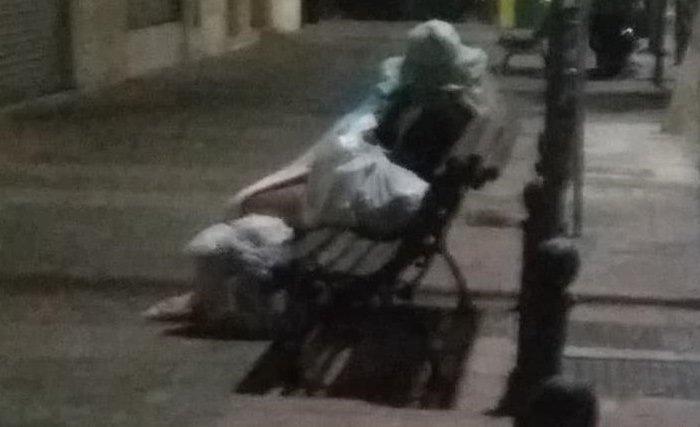 Multan a un señor de San Clemente por saltarse el toque de queda tras dormir en la calle por una discusión con su mujer