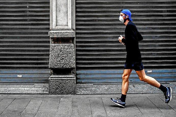 Un señor de La Roda vate el record mundial de velocidad al darse cuenta de que se había dejado la mascarilla en casa