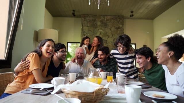 Un señor de Las Pedroñeras reúne a toda su familia para comunicar que tiene coronavirus