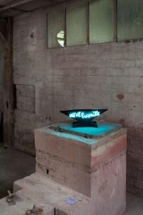 La fatigue du papier n° 77 - technique mixte, terre cuite émaillée et néon - 16,5 x 49 x 15,5 cm Installation Frédéric DEVELAY © – http://www.fdevelay.eu